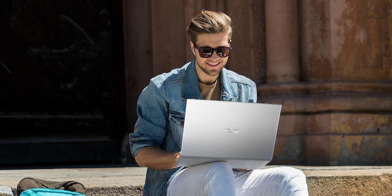 Étudiant assis avec un ordinateur portable