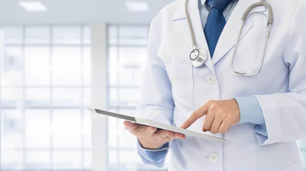 Femme médecin vérifiant les informations de vaccination du patient