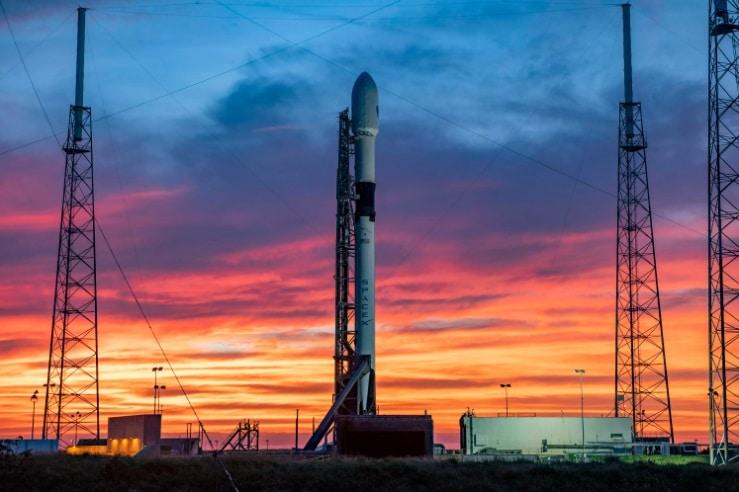 Un Falcon 9, de SpaceX, prêt pour le lancement.  L'entreprise a bénéficié d'investissements records en 2020