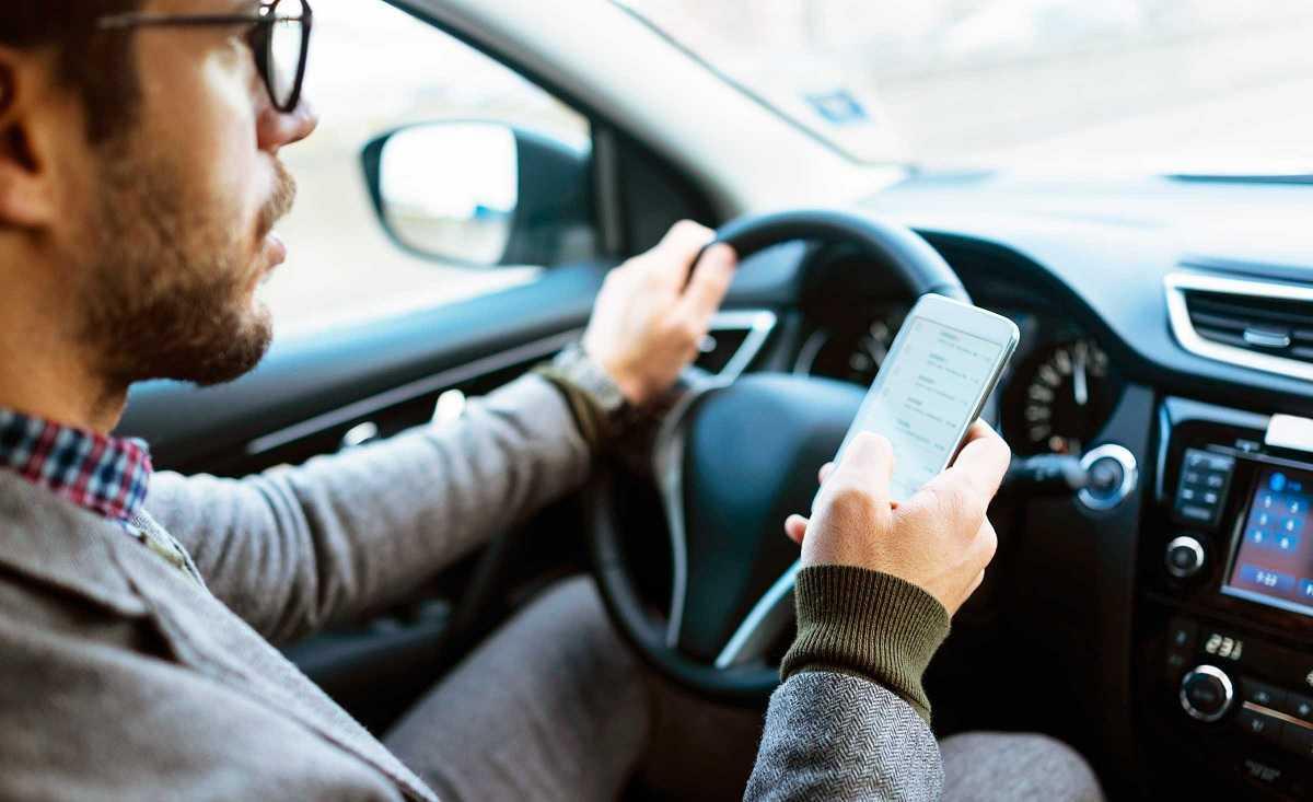 Utiliser le mobile au feu rouge: est-ce légal ou peut-on être condamné à une amende?