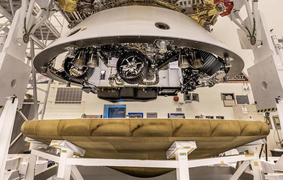 L'image montre le rover Perseverance recevant le bouclier thermique qui le protégera lors de l'atterrissage sur Mars