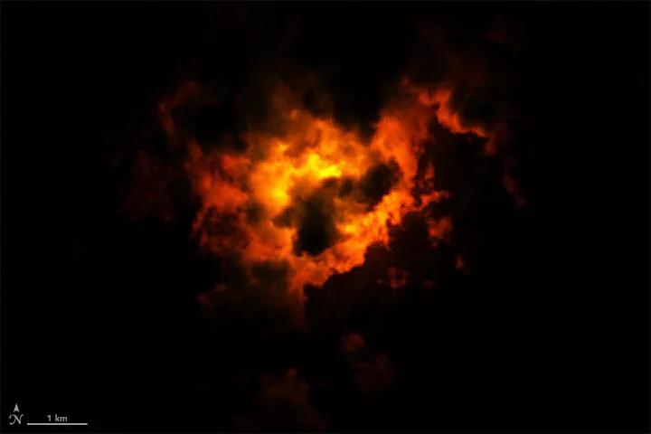 L'image montre des nuages éclairés par l'éruption du volcan Fagradalsfjall en Islande le 22 mars