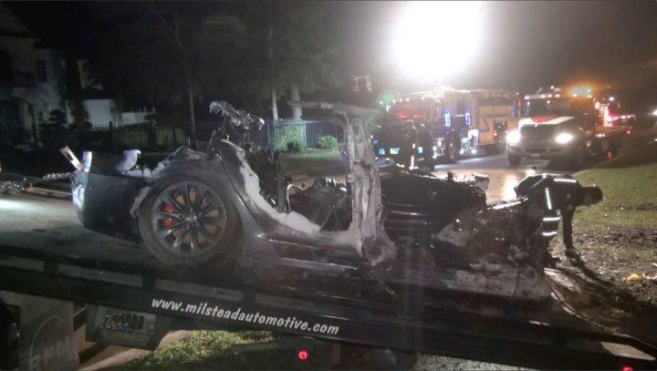 Tesla: une voiture prétendument sur pilote automatique fait deux morts
