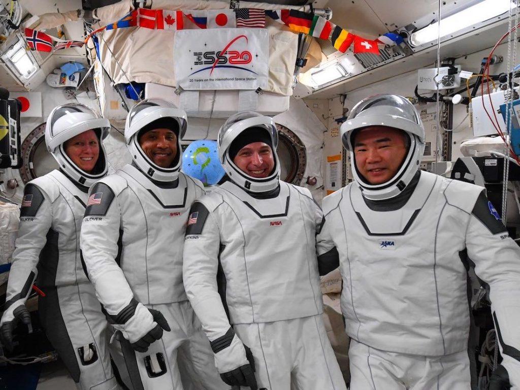 Les astronautes de l'équipage 1 posent dans leurs combinaisons spatiales avant que Resilience ne déménage.  De gauche à droite: Shannon Walker, Victor Glover, Mike Hopkins et Soichi Noguchi.