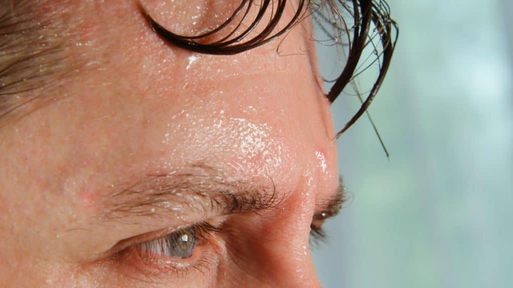 Homme avec de la sueur dégoulinant sur son front