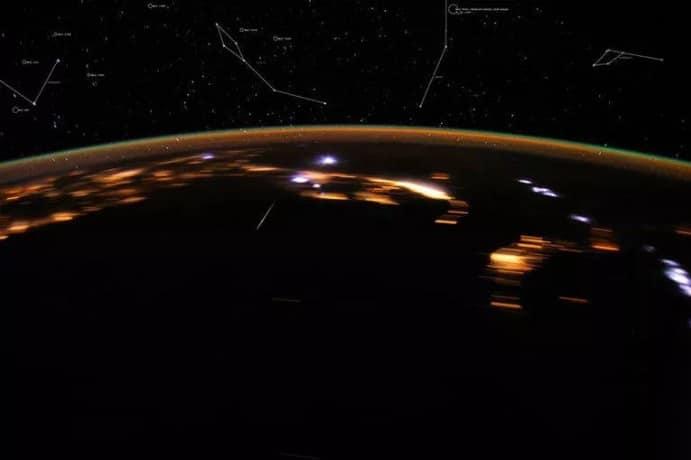 Pluie de météores Lyrid enregistrée en 2012 par l'astronaute Don Pettit à bord de la Station spatiale internationale.  Crédits: Nasa