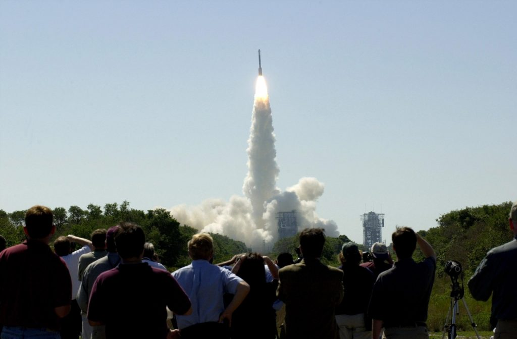 Les gens regardent le lancement du Mars Odyssey, qui a décollé à bord d'une fusée Delta II le 7 avril 2001