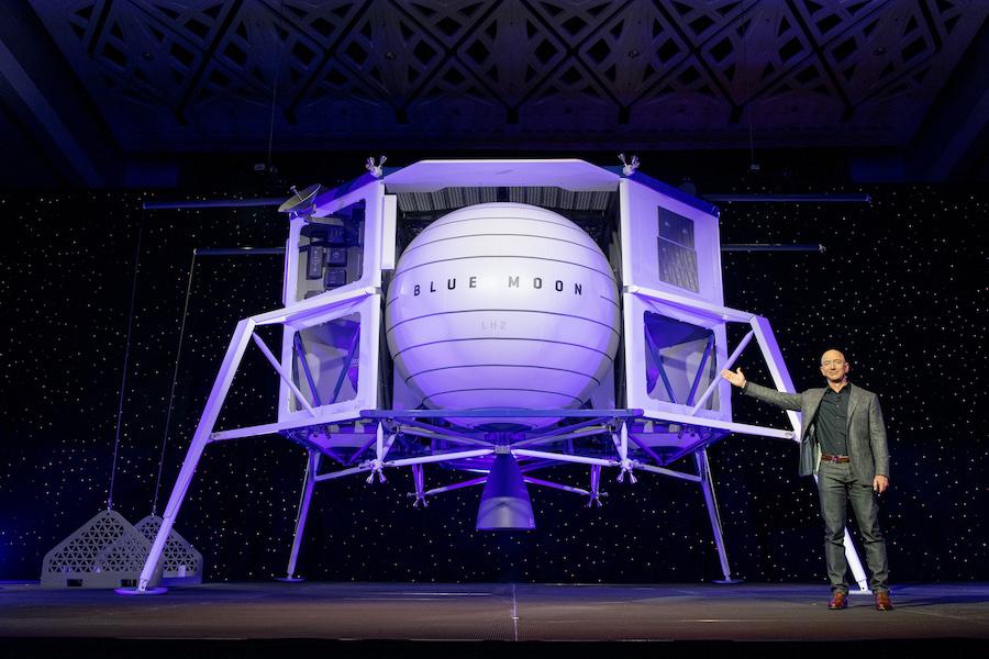 Jeff Bezos présente le prototype de Blue Moon, le module d'atterrissage de Blue Origin proposé à la NASA.  Image: Origine bleue