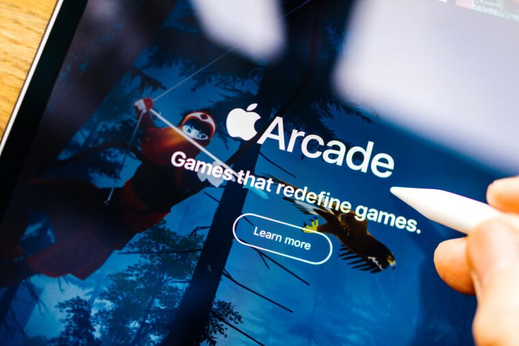 Verizon is offering free 12-month Apple Arcade or Google Play Pass subscriptions to select customers