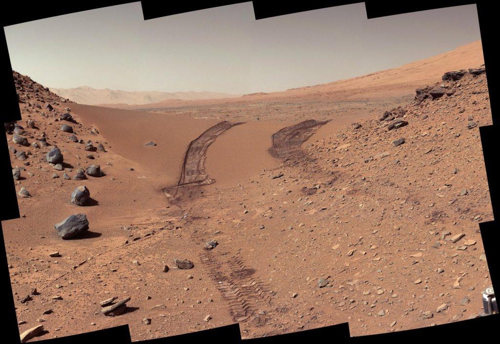 L'image montre le sol de Mars, où des signes de sels organiques ont été trouvés par le robot Curiosity de la NASA