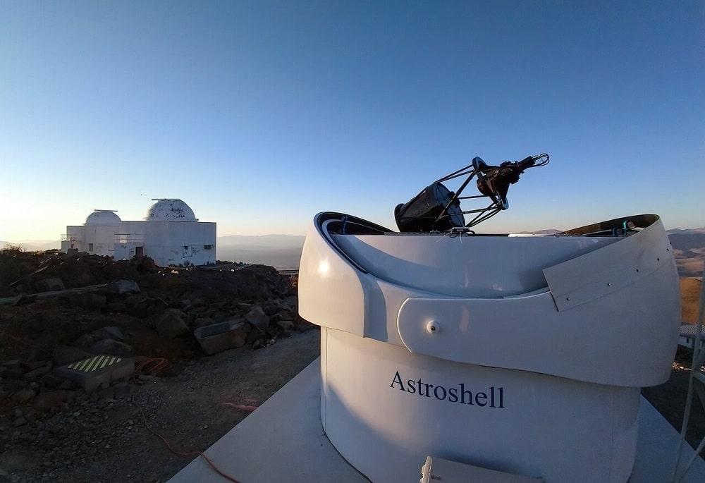 Le télescope Bed-Test 2 avec d'autres télescopes La Silla en arrière-plan.  Crédits: eso.org