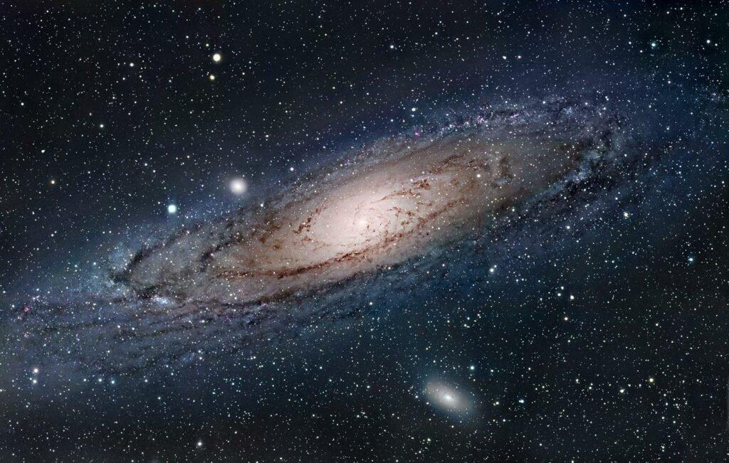 Les astronomes apercoivent une etoile spaghetti enveloppee dans un