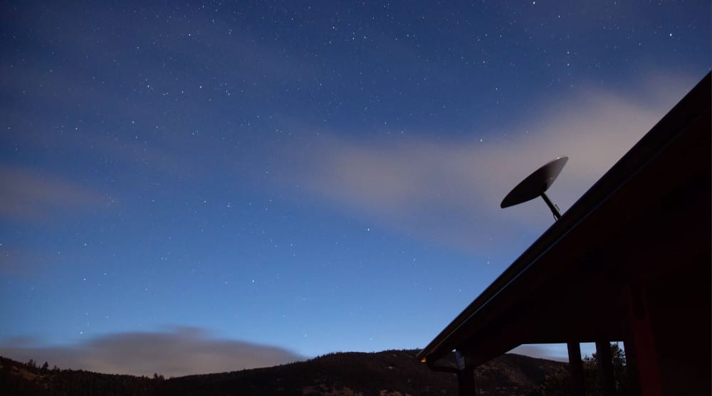 Antenne Starlink sur un toit