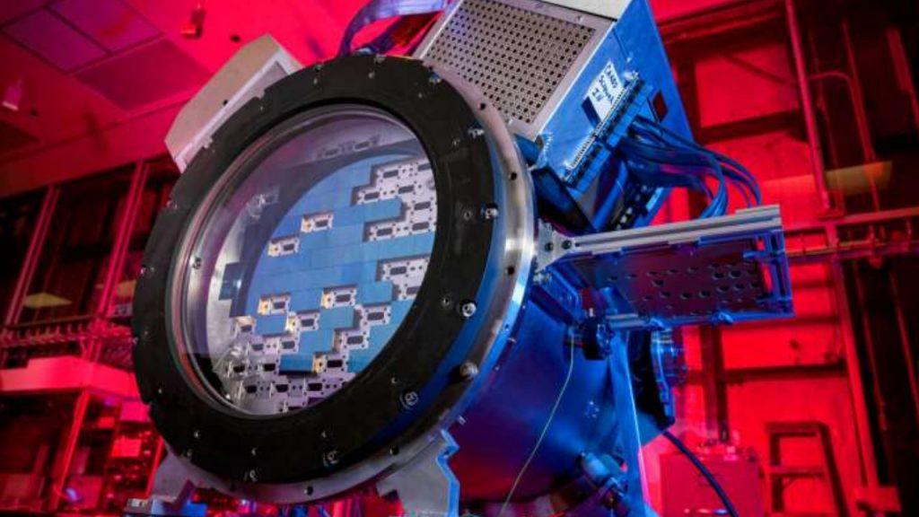L'image montre DESCam, un appareil photo de 570 mégapixels utilisé par les cosmologistes dans une étude récente sur l'énergie noire et son influence sur l'univers