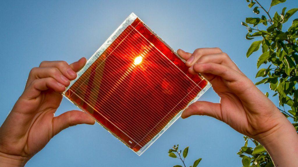 L'image montre des cellules solaires en pérovskite, un matériau plus efficace pour gérer l'énergie du soleil