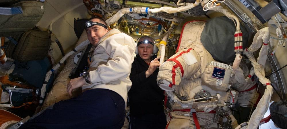 Pyotr Dubrovnik (à gauche) et Oleg Novitskiy préparent des combinaisons spatiales russes Orlan pour une promenade dans l'espace