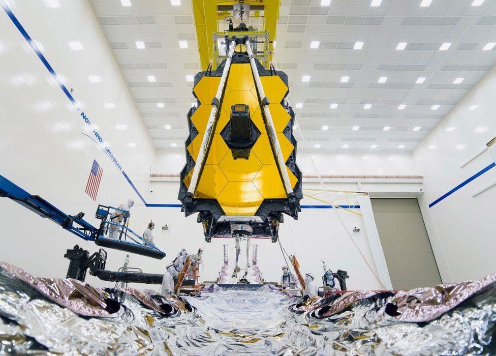 L'image montre le télescope spatial James Webb de la NASA dans un environnement de test