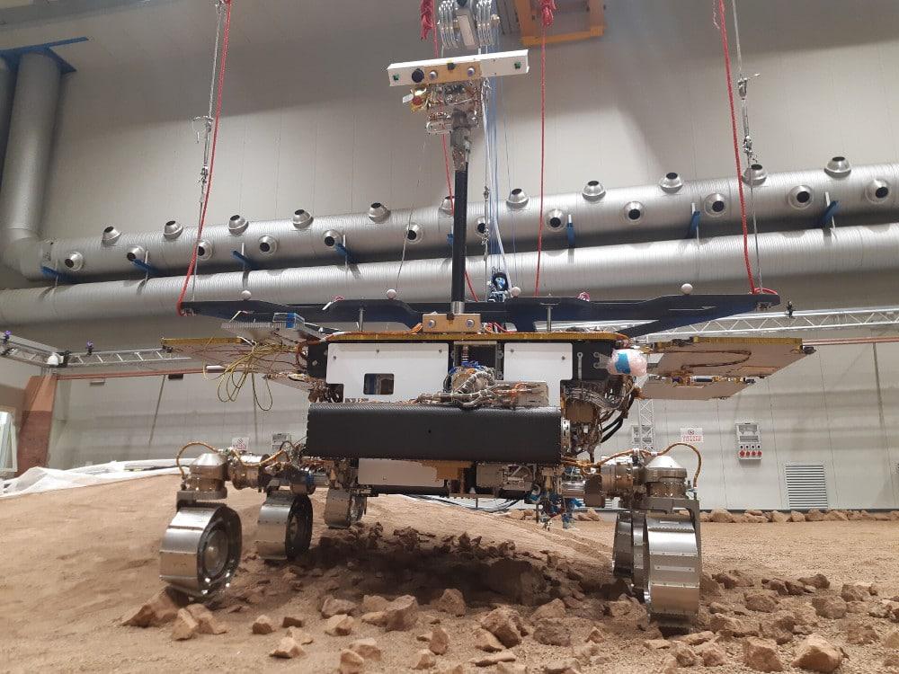 Modèle d'essai de Rosalind Franklin dans le simulateur de terrain martien à Turin, en Italie.  Image : ESA