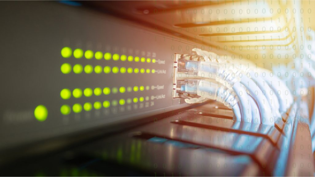 L'image montre une série de câbles connectés à des serveurs Ethernet, symbolisant un concept d'amélioration de Lumentum pour l'industrie de la fibre optique