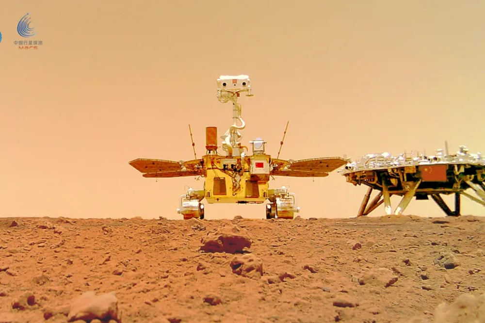 Zhurong and the landing module that brought him to the surface of Mars.  Image: CNSA
