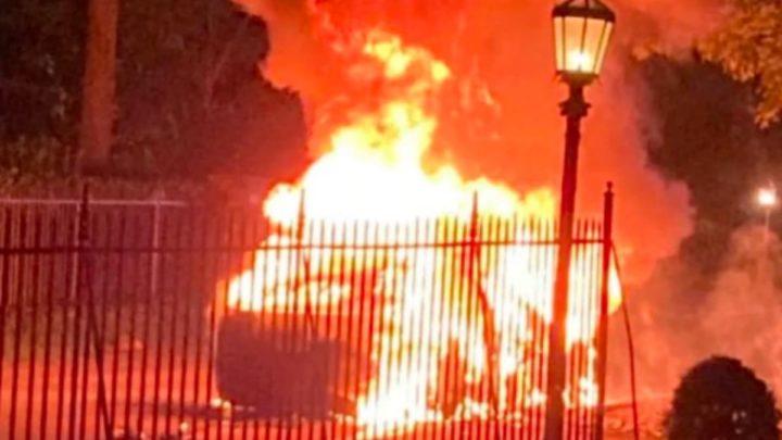 Image d'un tramway entièrement en feu