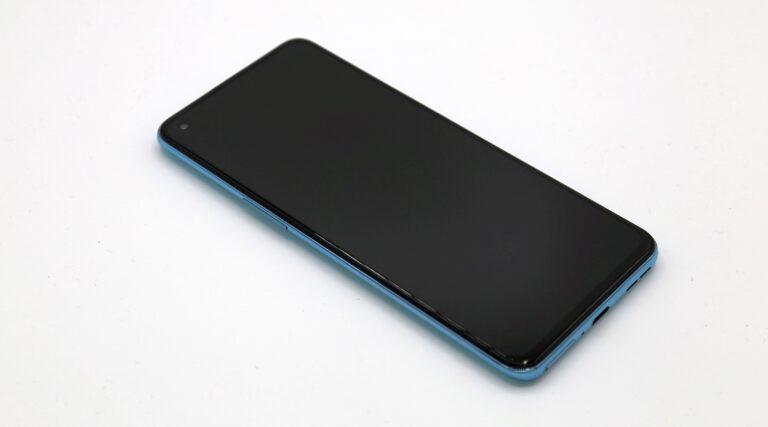 C'est un peu plus petit que les meilleurs téléphones OnePlus.  (Photo : Sven Wernicke)
