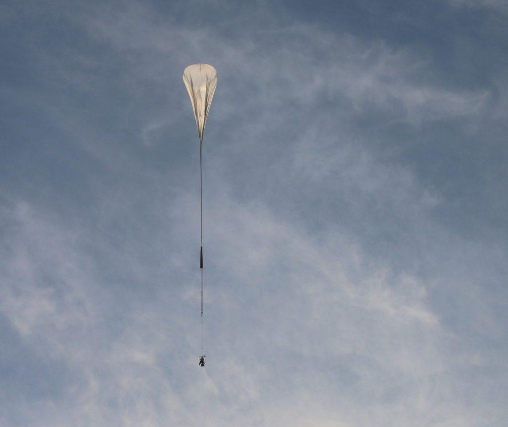L'image montre le vol d'essai du télescope spatial SuperBIT
