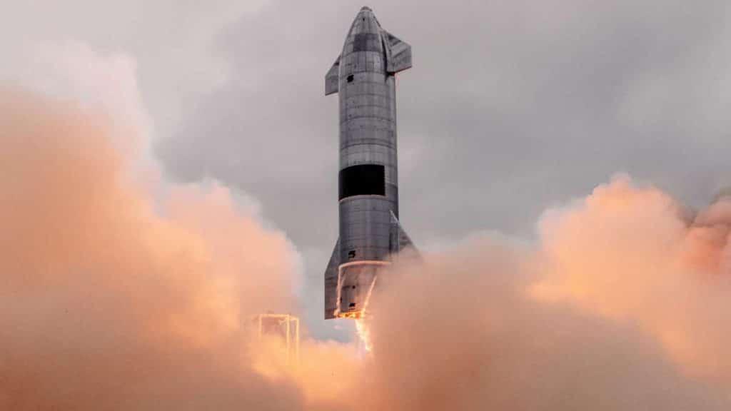 Le vaisseau SN15 est montré en train de prendre son envol lors d'un test effectué par SpaceX