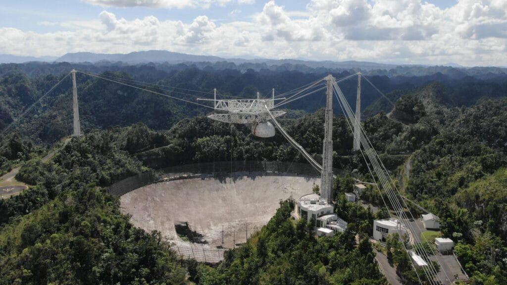 L'image montre l'ancien radiotélescope qui s'est effondré en 2020. Le projet d'un nouveau télescope à Arecibo est déjà au stade conceptuel, en attente de propositions d'investissement