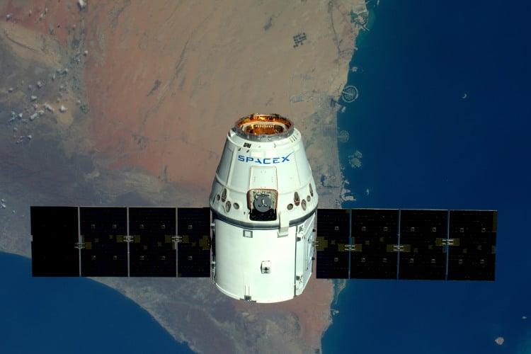 L'image montre le cargo Dragon de SpaceX, dont le retour sur Terre sera diffusé en direct par la NASA