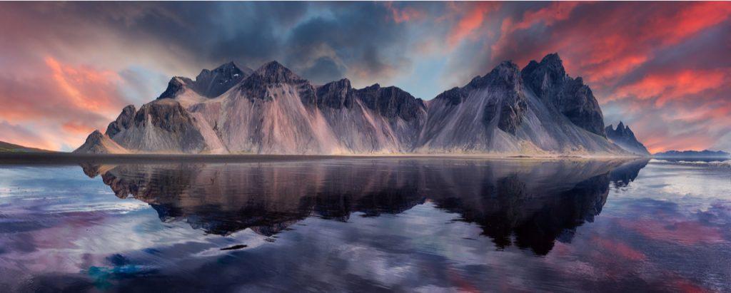 L'image montre la montagne Vestrahorn en Islande.  Les scientifiques affirment que l'île volcanique fait partie d'un continent submergé