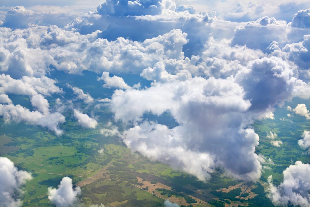 L'image montre des nuages sur Terre, qui, selon les chercheurs, pourraient contribuer à aggraver le réchauffement climatique