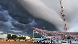 Shelf Cloud couvre le ciel a linterieur du Para
