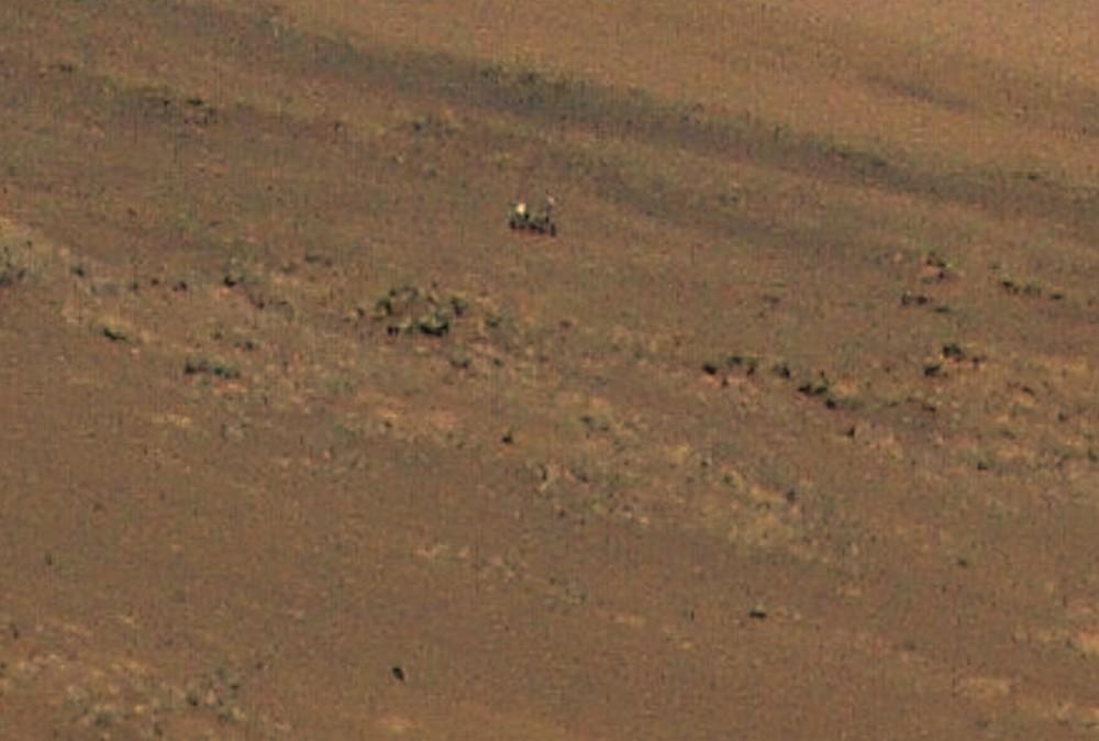 L'image montre les détails en zoom, avec le rover Perseverance en arrière-plan