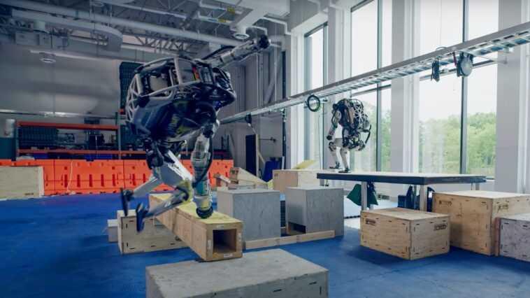 Les Robots Humanoïdes De Boston Dynamics Font Du Parkour Et