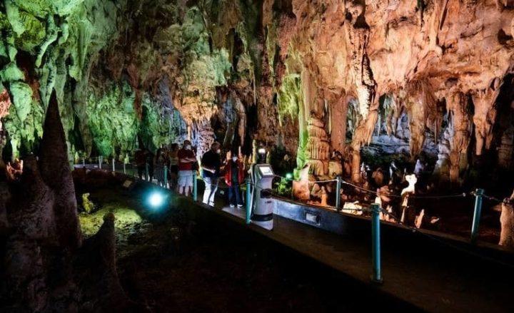 Image de Perséphone faisant une visite guidée avec des touristes dans la grotte d'Alistrati
