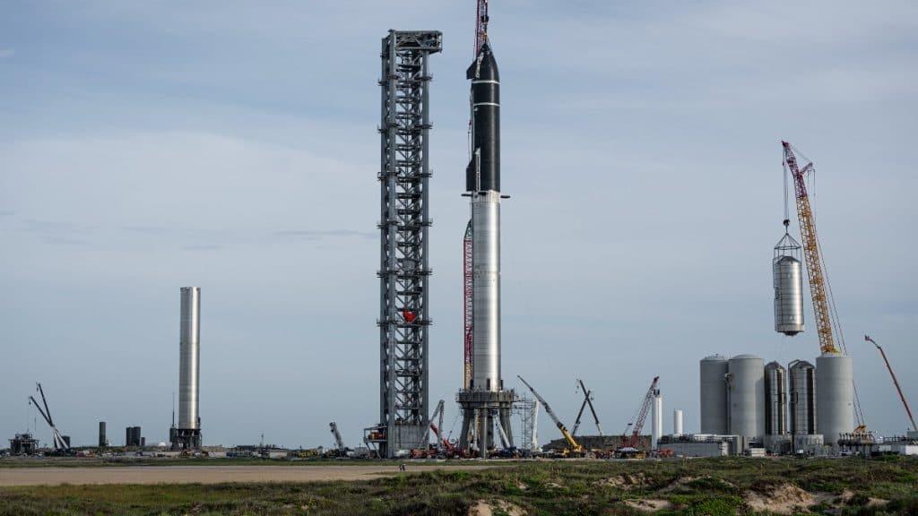 L'image montre la fusée Super Heavy montée sur sa rampe de lancement