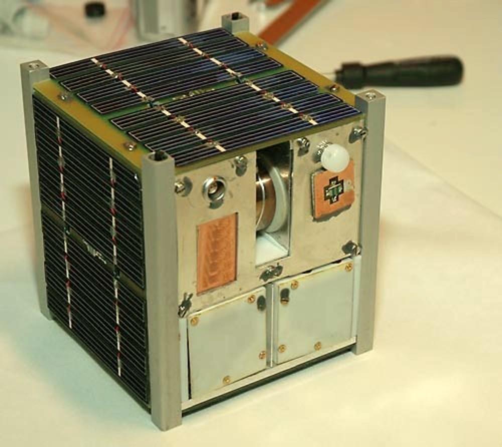 L'image montre un satellite CubeSat, qui conduira soi-disant à un projet spatial