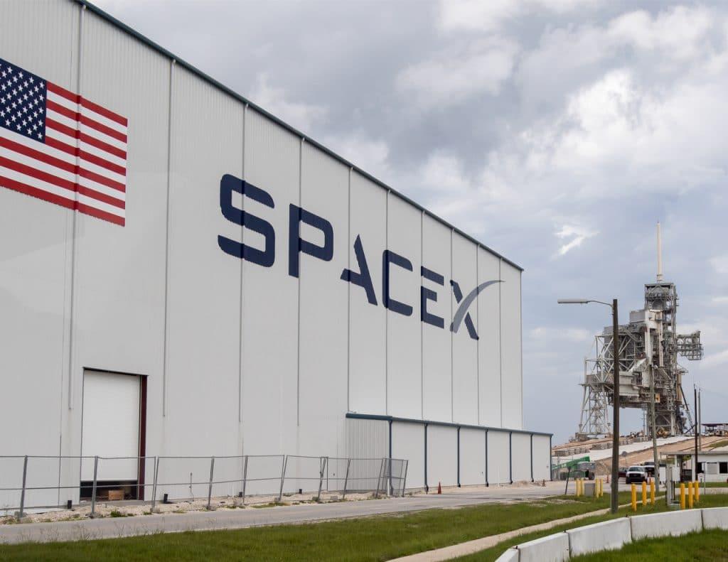 L'image montre la façade avant de SpaceX