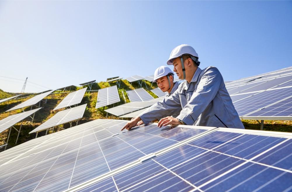 L'image illustrée montre des ingénieurs chinois interagissant avec une centrale solaire