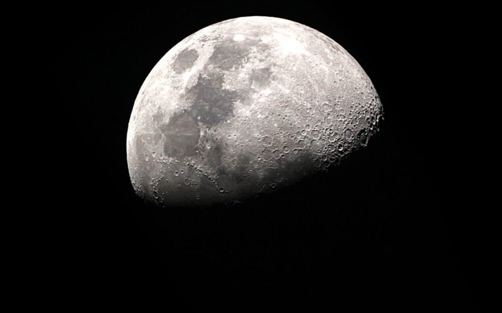 L'image montre la Lune, illustrant son côté plus clair et plus sombre