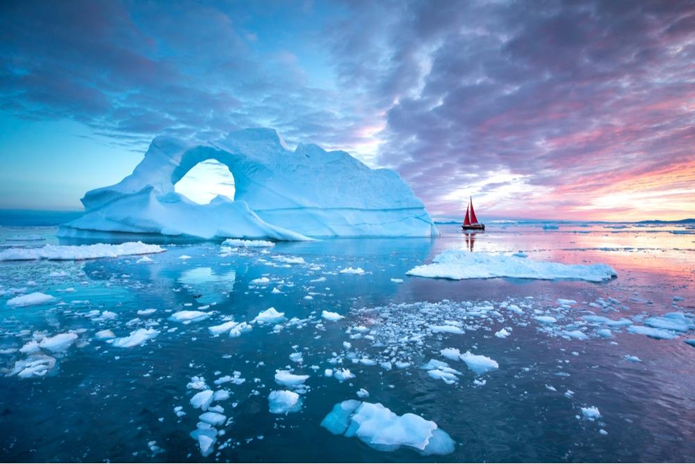 L'image montre la glace dans la région arctique, dispersée dans la mer.  La situation se produit grâce à la pluie qui a fait fondre la glace au Groenland