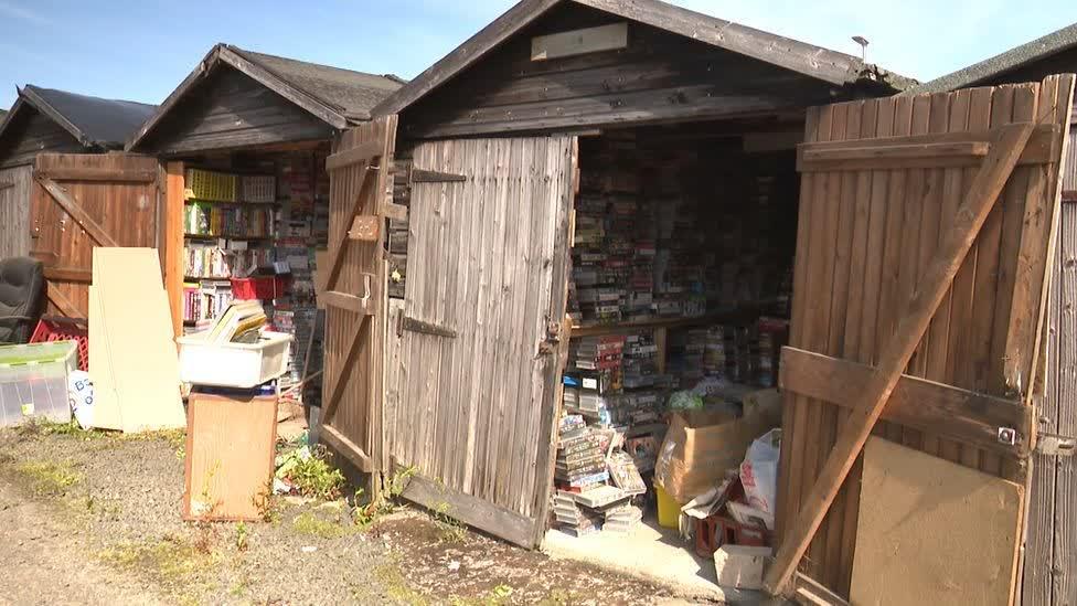 Le proprietaire du magasin VHS parcourt 600 miles pour sauver