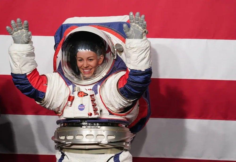 La combinaison spatiale xEMU, dont le retard de développement a entraîné le report de la mission lunaire de la NASA au projet Artemis