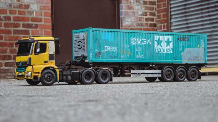 Ce Semi Camion Télécommandé Transporte Un Pc De Jeu à L'intérieur