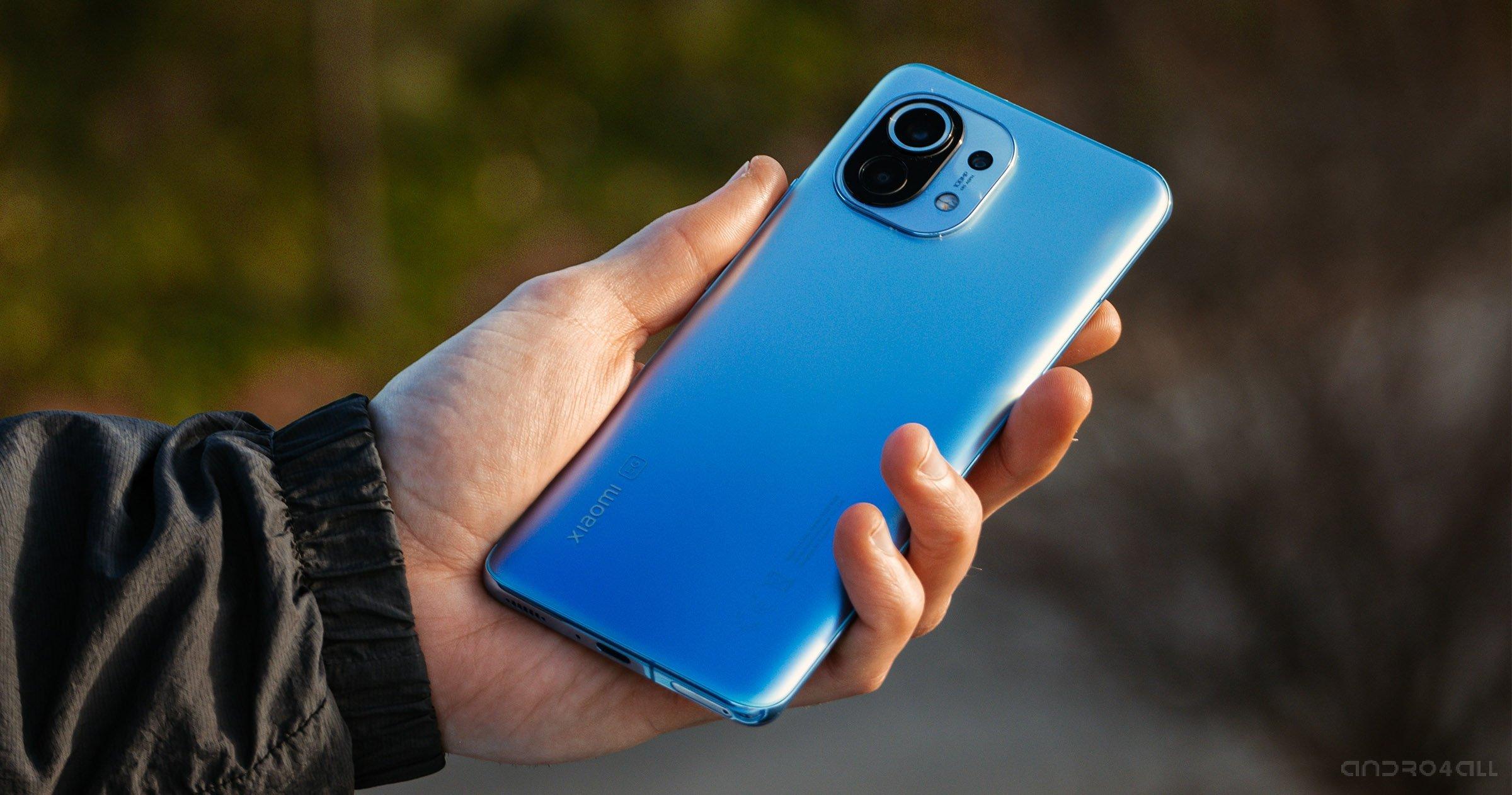 Le dos du Xiaomi Mi 11 en bleu en main