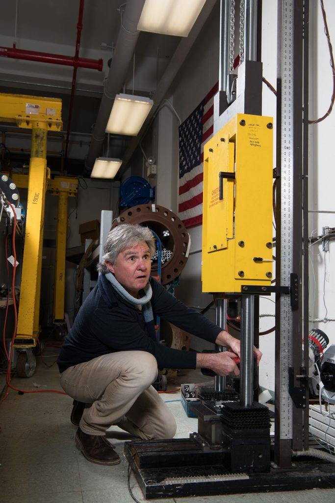 Photo de l'expert en balistique Mike Pereira, qui effectue les tests de combinaison spéciale pour la mission Artemis de la NASA