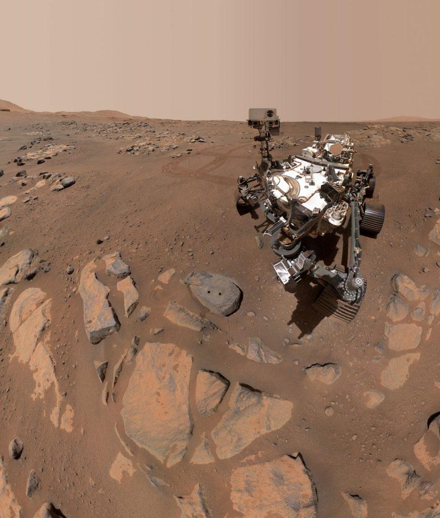 Le robot Persévérance, qui a pris deux selfies sur Mars, pour commémorer le prélèvement de carottes rocheuses